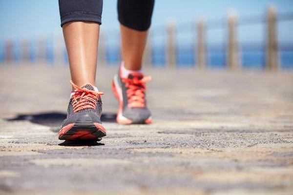 Đau khớp có nên đi bộ?